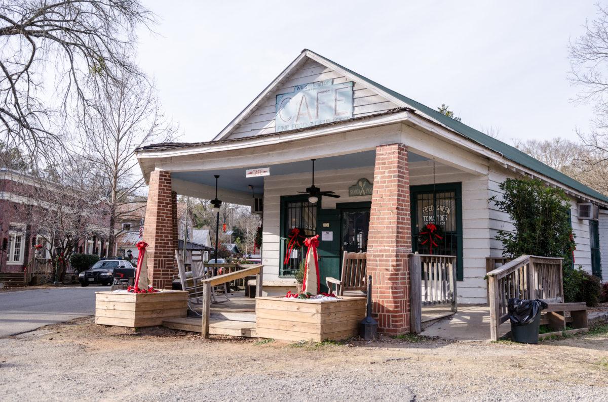 Probieren Sie im Whistle Stop Cafe die legendären Fried Green Tomatoes und ein echtes Südstaaten-BBQ