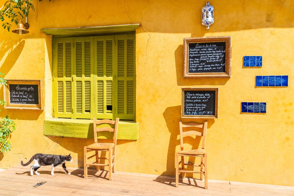 Hinter jeder Ecke gibt es Strassencafés, kleine Läden, Bars und Restaurants zu entdecken.