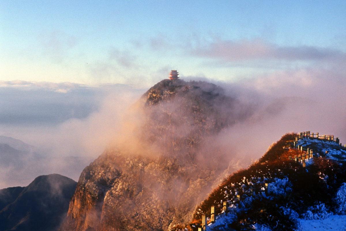 Der Berg Emei ist einer der vier heiligen buddhistischen Berge in China. Wenn die Wolken sich verziehen, entfaltet sich eine atemberaubende Aussicht / Bild: Sichuan Emai Shan - Copyright FVA China