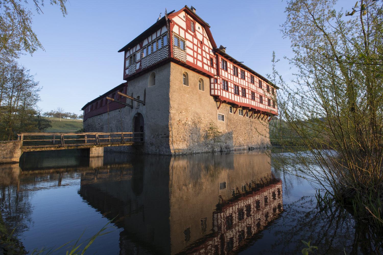 Beim sechsten Erntedankfest im Wasserschloss Hagenwil kann man beim Süssmost pressen, Glutbrot backen, Holz sägen, Besen binden und vielem mehr mitmachen. / Bild: Thurgau Tourismus