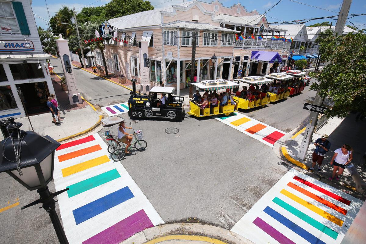 Zebrastreifen in Regenbogenfarbe in Key West / Bild: Rob O'Neal