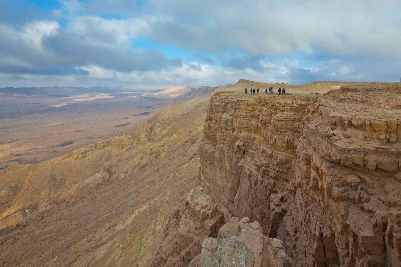 Ramon Krater von Oben wie Unten eine faszinierende Landschaft / shutterstock