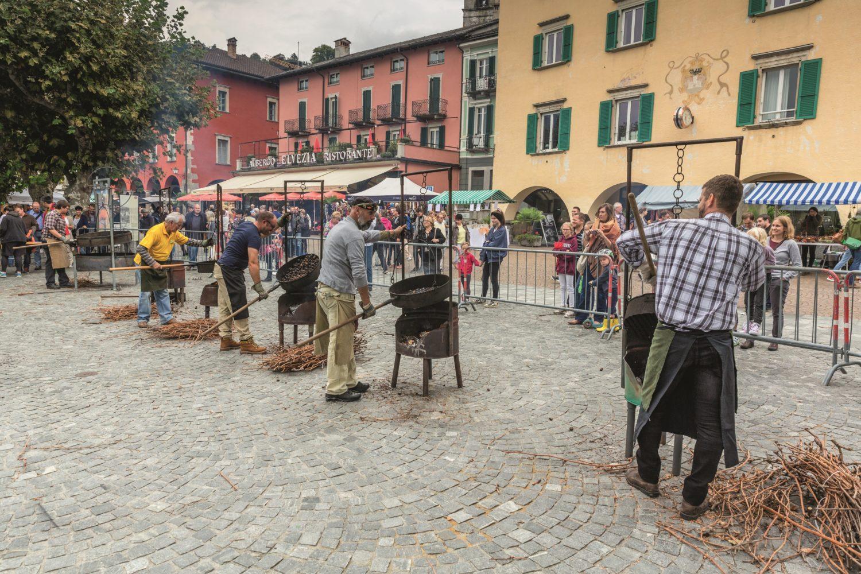 Die «Maronatt» entlang der Seepromenade am Kastanienfest in Ascona. / Bild: Schweiz Tourismus / Jan Geerk