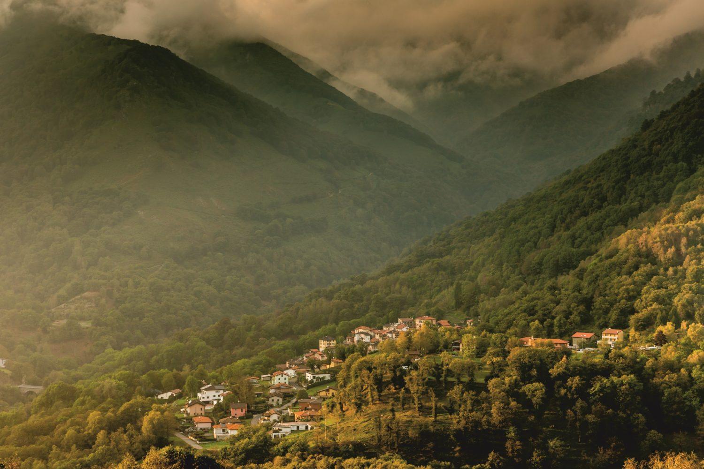 Aussicht auf den Malcantone mit seinen Kastanienhainen. / Bild: Schweiz Tourismus / Jan Geerk