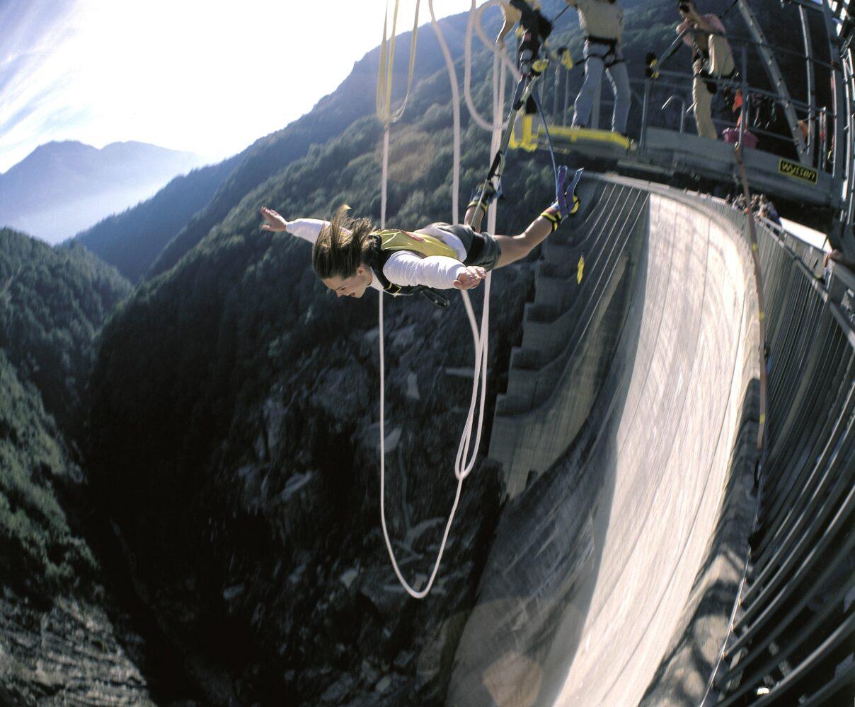 """Wie Pierce Brosnan als James Bond im Film """"GoldenEye"""" stürzen sich Hartgesottene beim Bungee-Jumping die 220 Meter hohe Staumauer im Tessiner Verzascatal hinunter. Bildnachweis: Switzerland Tourism/Foto Christof Sonderegger"""